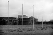 Les poteaux aux drapeaux