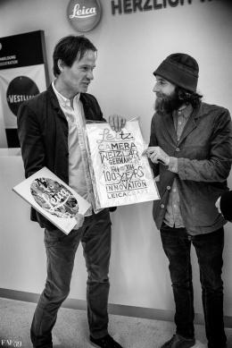 L'artiste créateur de cette affiche (à droite)